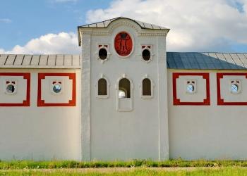 1_Центральная-башня-южной-стены-монастыря-с-вензелем-императора-Павла-I